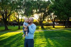 Πατέρας με το γιο μωρών στην πράσινη γειτονιά Στοκ Φωτογραφίες