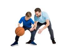 Πατέρας με το γιο στα περιστασιακά ενδύματα που παίζει την καλαθοσφαίριση Στοκ Εικόνα