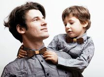 Πατέρας με το γιο στα bowties στο άσπρο υπόβαθρο Στοκ εικόνα με δικαίωμα ελεύθερης χρήσης