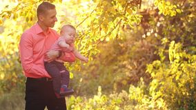 Πατέρας με το γιο στη φύση απόθεμα βίντεο