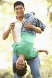 Πατέρας με το γιο στο πάρκο Στοκ Φωτογραφίες