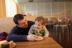 Πατέρας με το γιο Στοκ φωτογραφία με δικαίωμα ελεύθερης χρήσης