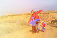 Πατέρας με το ταξίδι παιδιών στο φυσικό δρόμο Στοκ εικόνες με δικαίωμα ελεύθερης χρήσης