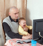 Πατέρας με το φωνάζοντας μωρό Στοκ εικόνες με δικαίωμα ελεύθερης χρήσης