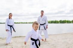 Πατέρας, μητέρα και λίγος γιος - αθλητική οικογένεια Στοκ εικόνα με δικαίωμα ελεύθερης χρήσης