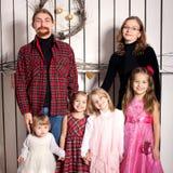 Πατέρας, μητέρα και τέσσερα παιδιά από κοινού. Στοκ Φωτογραφία