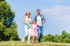 Πατέρας, μητέρα, κόρη που μειώνει έναν λόφο Στοκ φωτογραφία με δικαίωμα ελεύθερης χρήσης