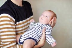 πατέρας μωρών η εκμετάλλευσή του νεογέννητη Στοκ Εικόνες