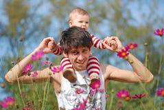 πατέρας μωρών οι νεολαίε&sigma Στοκ φωτογραφίες με δικαίωμα ελεύθερης χρήσης
