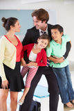 Πατέρας οικογενειακού χαιρετισμού στην επιστροφή από την εργασία στοκ φωτογραφίες