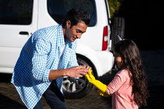 Πατέρας που βοηθά την κόρη για να φορέσει τα γάντια Στοκ Εικόνα