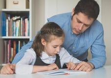 Πατέρας που βοηθά την κόρη με την εργασία Στοκ εικόνες με δικαίωμα ελεύθερης χρήσης
