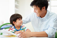 Πατέρας που βοηθά το γιο με την εργασία στοκ φωτογραφία με δικαίωμα ελεύθερης χρήσης