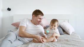 Πατέρας που βρίσκεται στο κρεβάτι με το μωρό απόθεμα βίντεο