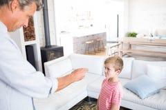 0 πατέρας που επιπλήττει το γιο του στο καθιστικό Στοκ φωτογραφία με δικαίωμα ελεύθερης χρήσης
