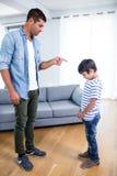 0 πατέρας που επιπλήττει το γιο του Στοκ φωτογραφία με δικαίωμα ελεύθερης χρήσης