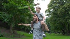 Πατέρας που επιστρέφει το γύρο γιων στο πάρκο Πατέρας και γιος που χτίζουν μαζί ένα αεροπλάνο εγγράφου Πορτρέτο του πατέρα που δί φιλμ μικρού μήκους
