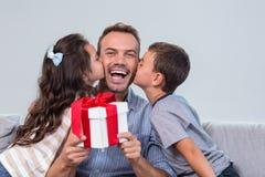 Πατέρας που κρατά ένα δώρο στοκ εικόνα με δικαίωμα ελεύθερης χρήσης