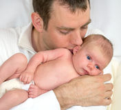 Πατέρας που κρατά λίγα τέσσερις εβδομάδες ηλικίας μωρών. Στοκ Εικόνα