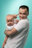 Πατέρας που κρατά το αγοράκι του Στοκ Εικόνες