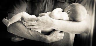 Πατέρας που κρατά το νεογέννητο αγοράκι Στοκ εικόνα με δικαίωμα ελεύθερης χρήσης
