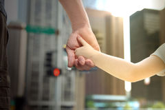 Πατέρας που κρατά το χέρι παιδιών κορών πίσω από τους φωτεινούς σηματοδότες στοκ εικόνες με δικαίωμα ελεύθερης χρήσης