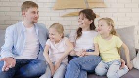 Πατέρας που λέει την ενδιαφέρουσα ιστορία στην οικογένεια φιλμ μικρού μήκους