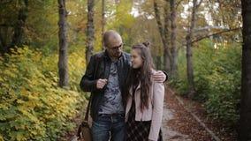 Πατέρας που μιλά στον έφηβο κορών, που περπατά στο πάρκο απόθεμα βίντεο