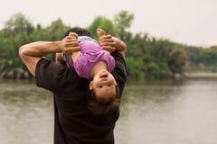 Πατέρας που παίζει και που φέρνει το παιδί του στους ώμους του κοντά σε έναν ποταμό στοκ φωτογραφία με δικαίωμα ελεύθερης χρήσης