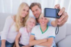 Πατέρας που παίρνει την οικογενειακή εικόνα Στοκ φωτογραφίες με δικαίωμα ελεύθερης χρήσης