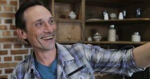 Πατέρας που παίρνει τη φωτογραφία Selfie του ευτυχούς οικογενειακού μαγειρέματος στην κουζίνα που προετοιμάζει μαζί το γεύμα στο  απόθεμα βίντεο