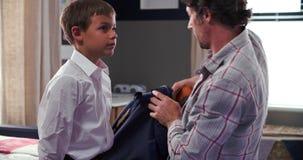 Πατέρας που παίρνει το γιο που ντύνεται έτοιμο για το σχολείο απόθεμα βίντεο