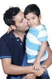 Πατέρας που φιλά το γιο του στοκ εικόνα με δικαίωμα ελεύθερης χρήσης