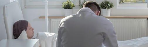 Πατέρας που φροντίζει για την καρκίνος-κτυπημένη κόρη στοκ εικόνες