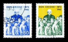 Πατέρας Orione μεταξύ των παιδιών, πατέρας Luigi Orione serie, circa 1972 στοκ εικόνες με δικαίωμα ελεύθερης χρήσης