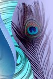 Πατέρας Peacock με το αφηρημένο μπλε σκιασμένο υπόβαθρο επίσης corel σύρετε το διάνυσμα απεικόνισης απεικόνιση αποθεμάτων