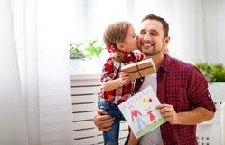 πατέρας s ημέρας Ευτυχής οικογενειακή κόρη που δίνει τη ευχετήρια κάρτα μπαμπάδων Στοκ Φωτογραφία