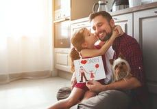 πατέρας s ημέρας Ευτυχής οικογενειακή κόρη που δίνει τη ευχετήρια κάρτα μπαμπάδων Στοκ Φωτογραφίες