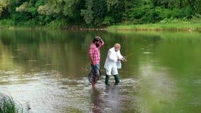 Πατέρων και γιων Ηλικίες γενεών: παππούς και πατέρας Παππούς και αγόρι που αλιεύουν από κοινού r απόθεμα βίντεο