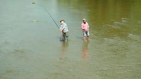 Πατέρων και γιων Καφετιά ψάρια πεστροφών Πατέρας και γιος που χαλαρώνουν από κοινού Άτομα γενεών Αλιεία ατόμων Άτομα που αλιεύουν απόθεμα βίντεο