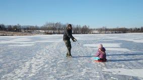 Πατέρων και κορών στην παγωμένη λίμνη φιλμ μικρού μήκους