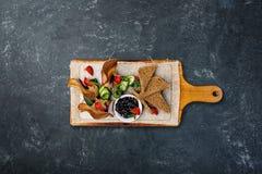 Πατέ κοτόπουλου με τη σάλτσα δαμάσκηνων, που εξυπηρετείται με croutons Τοπ όψη στοκ φωτογραφία με δικαίωμα ελεύθερης χρήσης