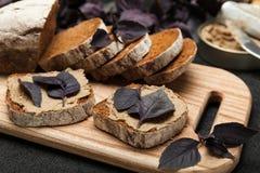 Πατέ συκωτιού παπιών στο ψωμί, φρυγανιά ορεκτικών στοκ φωτογραφία
