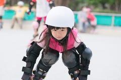 Πατινάζ κυλίνδρων παιχνιδιού κοριτσιών Στοκ εικόνες με δικαίωμα ελεύθερης χρήσης