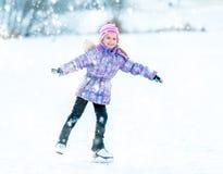 Πατινάζ μικρών κοριτσιών Στοκ Εικόνες