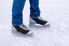 Πατινάζ πάγου ατόμων χειμώνας υπαίθρια στην αίθουσα παγοδρομίας πάγου Στοκ Εικόνες