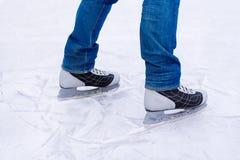 Πατινάζ πάγου ατόμων χειμώνας υπαίθρια στην αίθουσα παγοδρομίας πάγου Στοκ φωτογραφίες με δικαίωμα ελεύθερης χρήσης