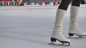 Πατινάζ πάγου παπουτσιών πατινάζ κινηματογραφήσεων σε πρώτο πλάνο υπαίθριο στην αίθουσα παγοδρομίας 4k πάγου φιλμ μικρού μήκους