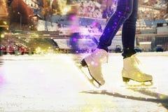 Πατινάζ πάγου παπουτσιών πατινάζ κινηματογραφήσεων σε πρώτο πλάνο υπαίθριο στην αίθουσα παγοδρομίας πάγου Στοκ Φωτογραφία