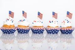 Πατριωτικά cupcakes με τις αμερικανικές σημαίες Στοκ φωτογραφία με δικαίωμα ελεύθερης χρήσης